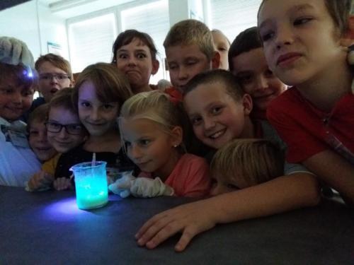 malí vědci s fosforeskujícím slizem